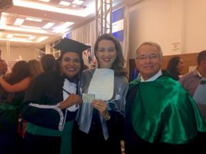 Camila Justino exibe sua CIP, juntamente com a coordenadora Danielle Mafra e o Conselheiro Roberto Cabral (CREF10/PB-RN).
